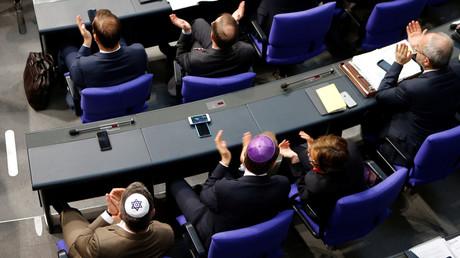Symbolbild: Abgeordnete mit Kippa, Bundestag, Berlin, Deutschland, 26. April 2018.