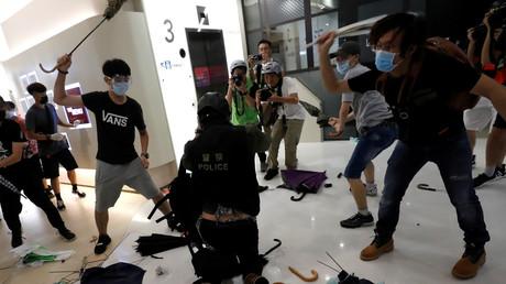 Demonstranten schlagen auf Polizisten ein, Hongkong, China, 14. Juli 2019.