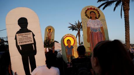 Demonstranten halten Bilder von Flüchtlingen hoch, die auf der Flucht in die USA umgekommen sind, San Diego, Kalifornien, USA,  12. Juli 2019.