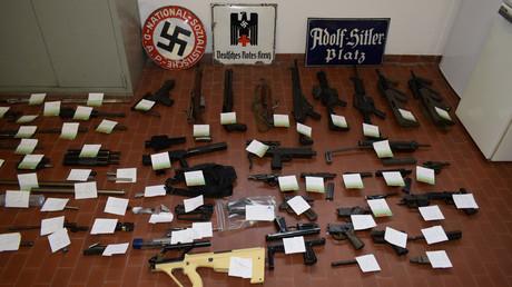 Ein Teil der bei den italienischen Neonazis gefundenen Devotionalien und Waffen.