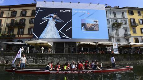 (Archivbild). Werbung von Huawei am Naviglio-Kanal südlich von Mailand.