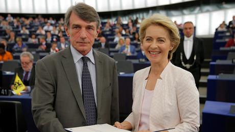 Der Parlamentspräsident David-Maria Sassoli gratuliert Ursula von der Leyen zur gewonnenen Wahl.