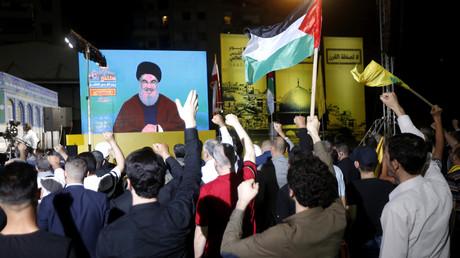 Einwohner Beiruts verfolgen die Rede von Hisbollah-Führer Nasrallah zum Al-Quds-Tag (31. Mai 2019).