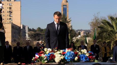 Der französische Präsident Emmanuel Macron verbeugt sich während einer Kranzniederlegung am Märtyrerdenkmal in Algier, Algerien, 6. Dezember 2017.
