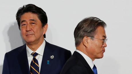 Der südkoreanische Präsident Moon Jae-in und der japanische Premierminister Shinzō Abe während des G20-Gipfels der Staats- und Regierungschefs in Osaka, Japan, am 28. Juni 2019.