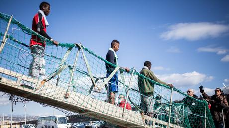 Die EU-Staaten können sich seit Jahren nicht darauf einigen, wie hier im Januar 2019 im Mittelmeer gerettete Migranten auf alle Länder zu verteilen.