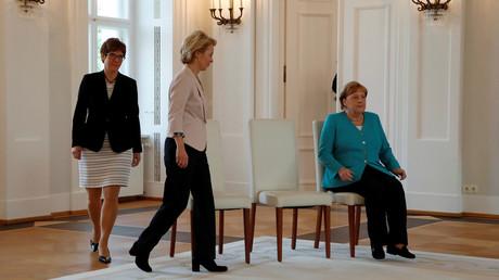 Bundeskanzlerin Angela Merkel hält auch Zeremonien im Schloss Bellevue im Sitzen ab, Berlin, 17. Juni 2019.