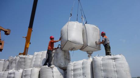 Arbeiter entladen Säcke mit aus Russland importierten Sojabohnen im Heihe-Hafen in Heilongjiang.