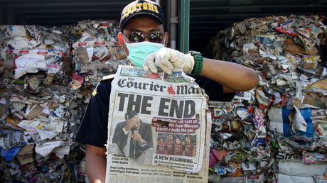 Ein Zollbeamter in Indonesien mit einem Müllfund aus Australien.