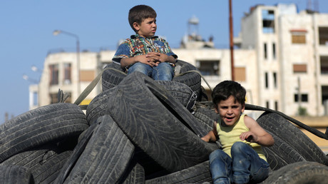 (Symbolbild). Kinder spielen auf einem Reifenstapel in an der Stadt Salqin, Syrien, 22. Juni 2019. Foto aufgenommen am 22. Juni 2019.