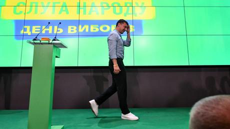 Das ukrainische Staatsoberhaupt Wladimir Selenskij nach der ersten Bekanntgabe der Ergebnisse der Parlamentswahlen im Stab seiner Partei Diener des Volkes