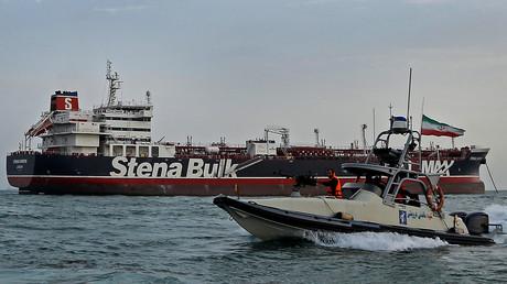 Die Stena Impero am Sonntag im iranischen Hafen Bandar Abbas; im Vordergrund ein Boot der Iranischen Revolutionsgarden