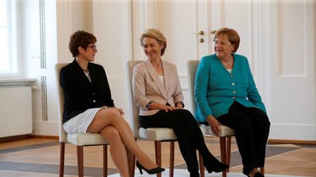 Kramp-Karrenbauer gemeinsam mit ihrer Vorgängerin Ursula von der Leyen und Bundeskanzlerin Angela Merkel bei der Amtsübergabe am vergangenen Mittwoch in Schloss Bellevue