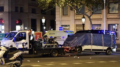 Nach dem Attentat auf der Rambla in Barcelona im August 2017 wird das Tatfahrzeug abgeschleppt
