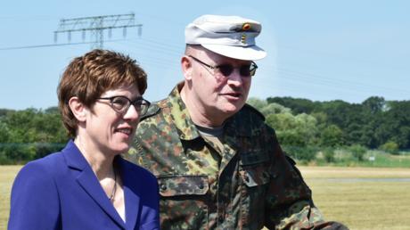 Kramp-Karrenbauer mit einem General am Donnerstag in Potsdam