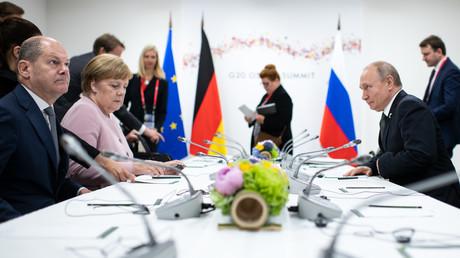 Finanzminister Olaf Scholz und Bundeskanzlerin Angela Merkel gegenüber dem russischen Präsidenten Wladimir Putin während des G20-Gipfels im japanischen Osaka (29. Juni 2019)