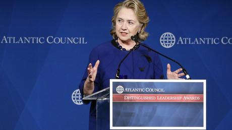 Die NATO-Denkfabrik Atlantic Council bietet westlicher Politprominenz gern eine Bühne: Damalige US-Außenministerin Hillary Clinton bei einem Auftritt im Jahr 2013