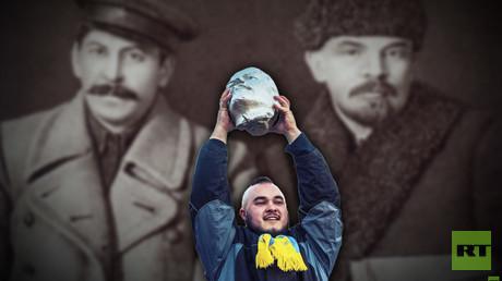 Collage: Die sowjetischen Kommunistenführer Wladimir Lenin und Josef Stalin im Jahre 1919. Im Vordergrund: Triumph der Nationalisten – noch ein Lenin-Denkmal ist gestürzt.