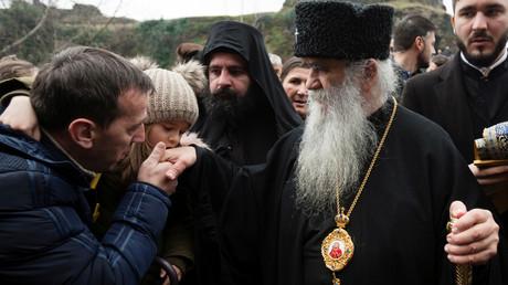 Metropolit Amfilohije von Montenegro bei einem Treffen mit Gläubigen
