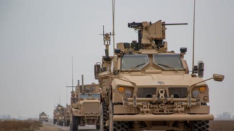 US-Truppen in Syrien, testen M2-Maschinengewehre und MK19-Granatwerfer in Syrien vermeintlich gegen den IS.