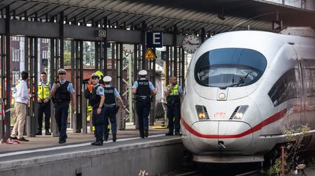 Die Polizei steht am 29. Juli 2019 auf dem Frankfurter Hauptbahnhof. Erst wenige Minuten zuvor kam es auf Gleis 7 zu einem Zwischenfall. Ein Mann hatte eine Frau und ein Kind vor einen einfahrenden Zug gestoßen.