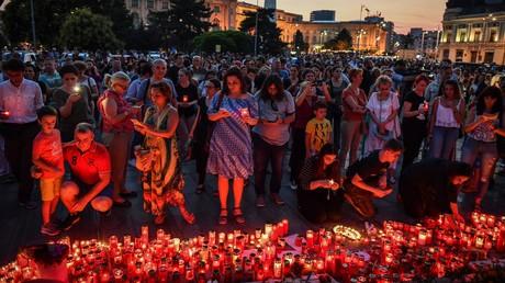 Ein Lichtermeer aus Kerzen als Mahnung gegen tödliches Polizeiversagen: In Rumänien hat die Ermittlungsarbeit der Behörden im Mordfall zweier junger Frauen Empörung und Proteste ausgelöst.