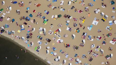 Mit oder ohne? Besucher des Strandbads Wannsee im Juli 2015