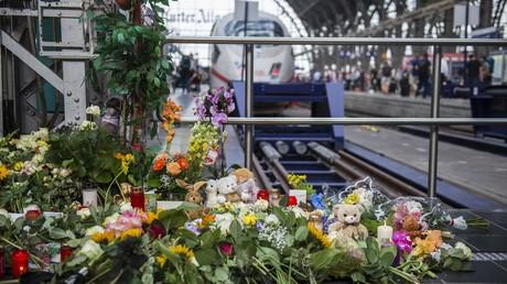 An Gleis 7 des Frankfurter Hauptbahnhofs, dem Ort, an dem am Vortag ein achtjähriger Junge von einem Mann vor einen einfahrenden ICE geschubst und getötet wurde, haben Menschen Blumen, Kerzen und Plüschtiere niedergelegt.