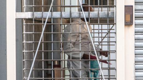 Der Tatverdächtige im Falle der tödlichen Attacke auf ein Kind im Frankfurter Hauptbahnhof wird nach seiner Haftvorführung am 30. Juli 2019 aus dem Amtsgericht Frankfurt  geführt.