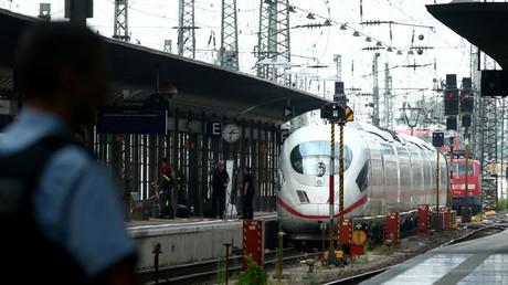 Die Polizei sichert am 29. Juli 2019 eine Plattform am Frankfurter Hauptbahnhof.