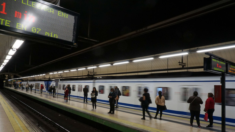 Brutaler U-Bahn-Treter in Madrid – Opfer rettet sich im letzten Moment