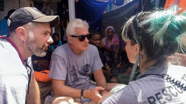 """""""Bitte unterstützen Sie uns"""": Richard Gere besucht Migranten, die im Mittelmeer festsitzen"""