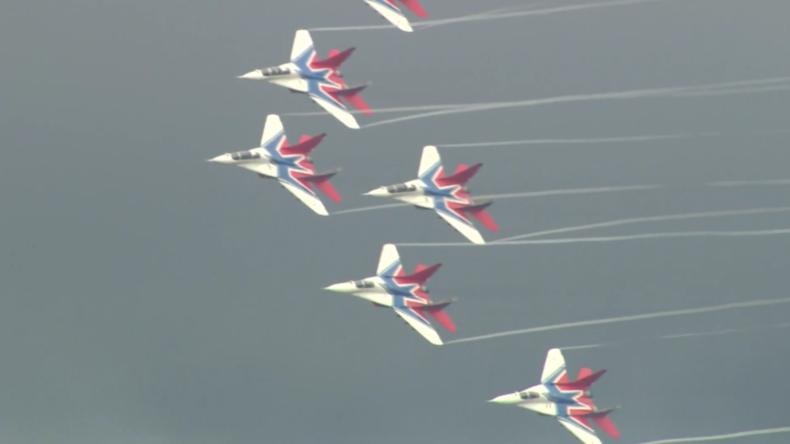 Russland: Hubschrauber und Kampfflugzeuge steigen bei Aviadarts in die Luft