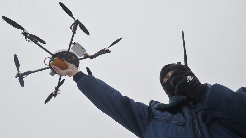 Futuristisch: Moskauer Polizei holt während Demo Drohne vom Himmel