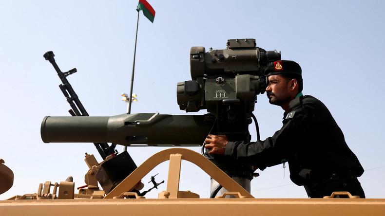 Medien: Pakistan bringt Waffen und Ausrüstung zur Luftwaffenbasis an Grenze zu Indien