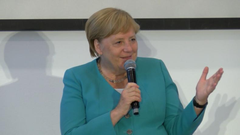 """""""Sie haben uns in eine Toleranz-Diktatur geführt"""" - Merkel muss über AfD-Sympathisanten schmunzeln"""