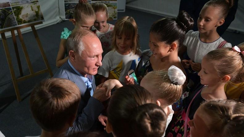 Putin, der Herzensdieb: Russischer Präsident kniet sich vor junge Ballerina und küsst deren Hand