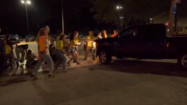 Protest vor US-Abschiebegefängnis: Truck fährt trotz Demonstranten vor Motorhaube weiter