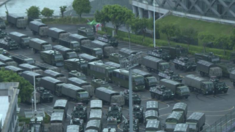 Hongkong: Demonstranten ziehen durch die Innenstadt – chinesische Armee gruppiert sich
