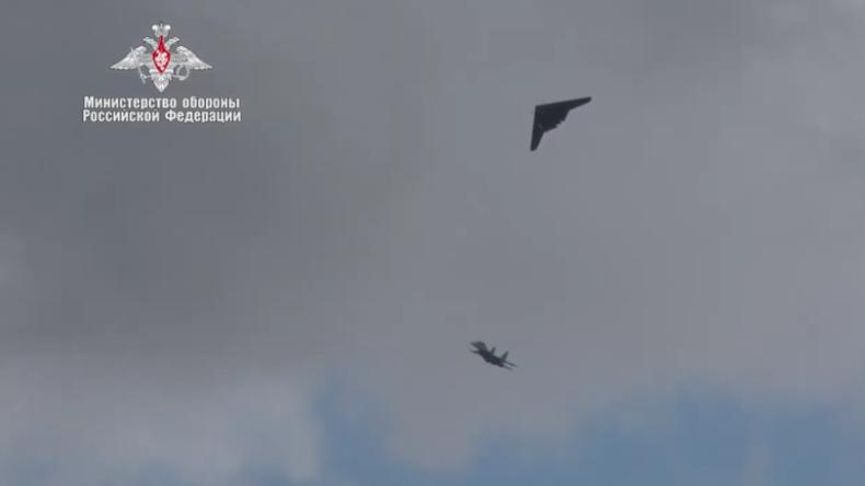 """Russlands neue riesige Kampfdrohne """"Ochotnik"""" manövriert mit Su-30-Kampfjet"""