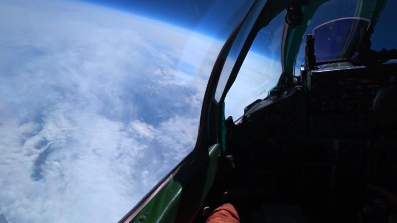 Russische Kampfjets führen erstmals Luftkampftraining in der unteren Stratosphäre durch