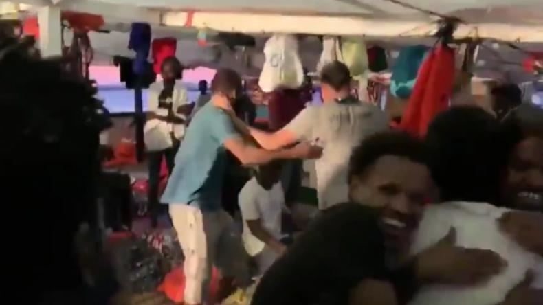 """Italien: Migranten auf """"Open Arms""""-Schiff feiern, dass sie nun an Land und in EU-Länder gehen dürfen"""