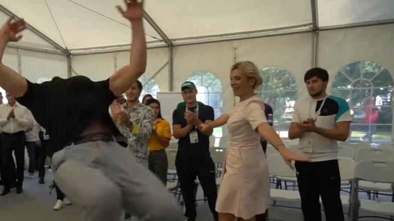Russland: Nach Kalinka nun Lesginka - Marija Sacharowa schwingt erneut ihr Tanzbein