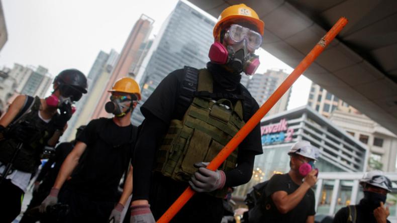 Mit Knüppeln, Stangen und Steinen – Demonstranten in Hongkong greifen brutal Polizisten an
