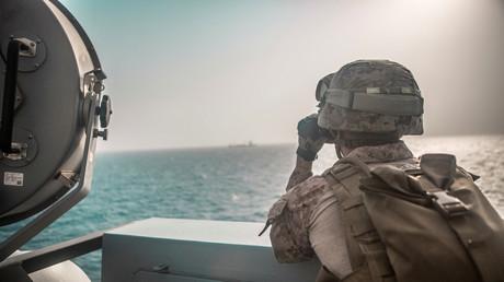 US-Soldaten auf der USS John P. Murtha während eines Transits durch die Straße von Hormuz, Arabisches Meer vor Oman, am 18. Juli 2019.