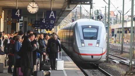 Nach der tödlichen Attacke in Frankfurt debattieren die Parteien über Sicherheit an deutschen Bahnhöfen. Größere Polizeipräsenz und technische Möglichkeiten zur Verbesserung der Sicherheit wurden angesprochen.