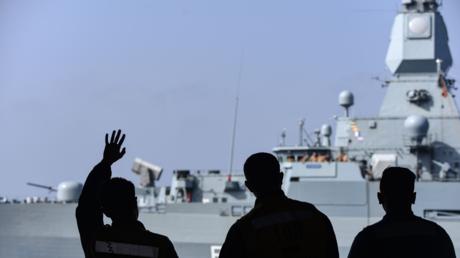 Im Mittelmeer: Seeleute auf einem US-amerikanischen Flugzeugträger winken der deutschen Fregatte Hessen, April 2018