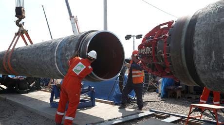 Arbeiter stecken zwei Röhren der Ostseepipeline Nord Stream 2 bei Kingissepp in der russischen Oblast Leningrad zusammen (5. Juni).