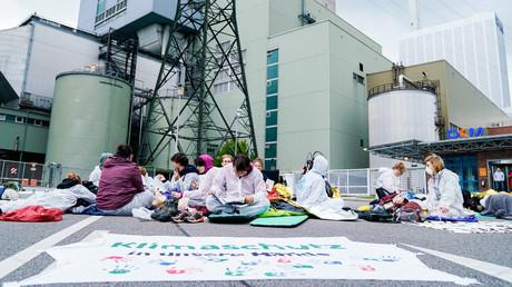 Klimaaktivisten demonstrieren am 3. August 2019 am Großkraftwerk Mannheim.