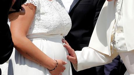 Papst Franziskus segnet den Bauch einer Schwangeren, Vatikan, 5. Juni 2019.